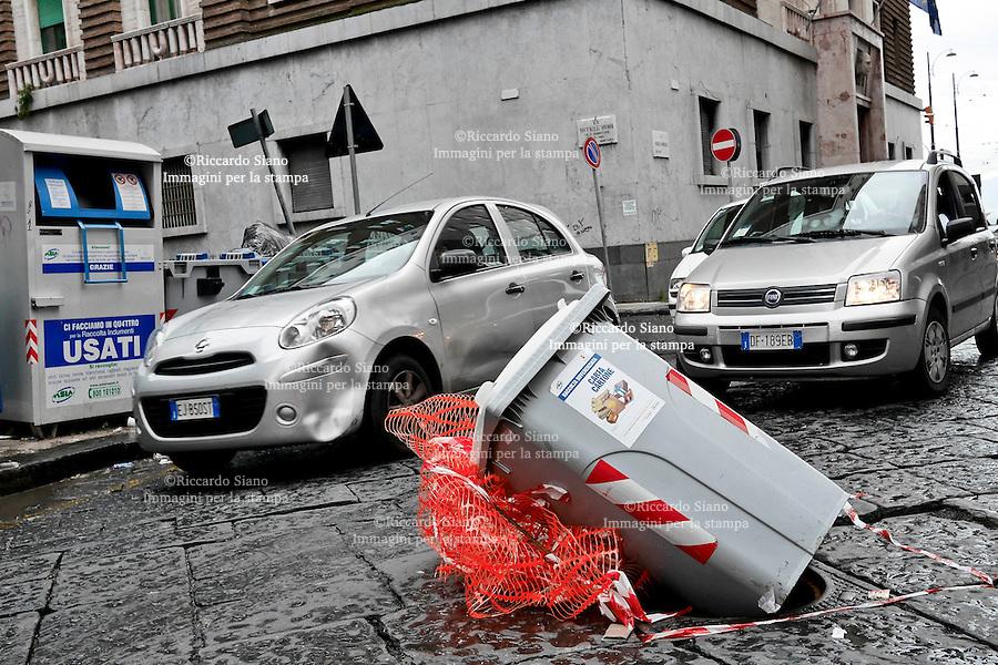 - NAPOLI 26 SET  2013 -  Via  Marchese Campodisola tombino privo di copertura al centro della strada segnalato con un cassonetto della differenziata.
