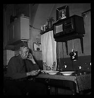 Toulouse. 16 octobre 1952. Vue de Monsieur Escudier qui regarde son ticket gagnant à son domicile.