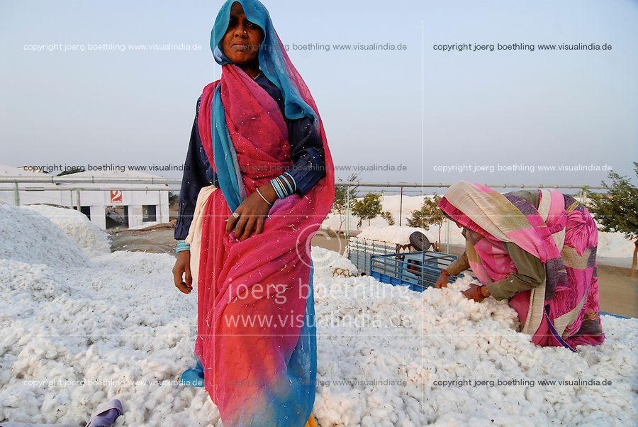 INDIA Madhya Pradesh , biodynamic organic cotton project bioRe in Kasrawad , storage of harvested cotton at ginning factory / INDIEN Madhya Pradesh , Lagerplatz und Entkernungsfabrik der bioRe India , Projekt fuer biodynamischen Anbau von Biobaumwolle in Kasrawad