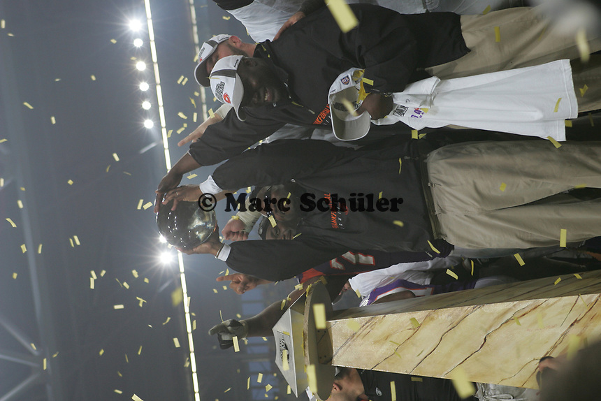 Mike Jones (HEad Coach Frankfurt Galaxy) mit der Troph‰e