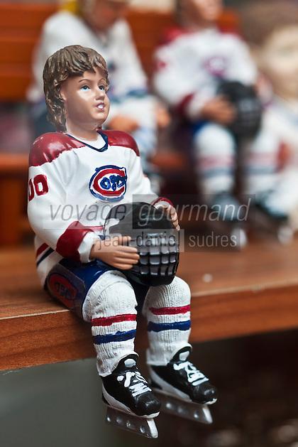 Amérique/Amérique du Nord/Canada/Québec/Montréal: Figurines représentant des joueurs de hockey, sport national, dans une boutique de souvenirs de la rue Saint-Paul Ouest