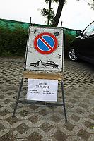 Hinweisschild am Fußballplatz gegenüber dem Hotel Weinegg in Eppan, das auf ein Parkverbot am Tag der Teamankunft der Deutschen Nationalmannschaft hinweist - 18.05.2018: Trainingslager der Deutschen Nationalmannschaft zur WM-Vorbereitung in Eppan/Südtirol