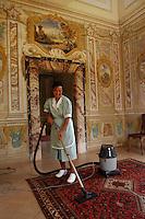 Cameriere ai piani durante le pulizie. Waiter plans during cleaning..Galleria del Pannini. Pannini Gallery..Villa Grazioli è un raffinato albergo della catena internazionale Relais & Chateaux..Fu costruita dal Cardinale Antonio Carafa nel 1580 e racchiude tra le sue mura opere d'arte dei maestri del XVI e XVII secolo, Ciampelli, Carracci e G.P. Pannini. .Villa Grazioli is a sophisticated international hotel chain Relais & Chateaux. .It was built by Cardinal Antonio Carafa in 1580 and contains works of art of the sixteenth and seventeenth century, of Ciampelli, Carracci and GP Pannini....