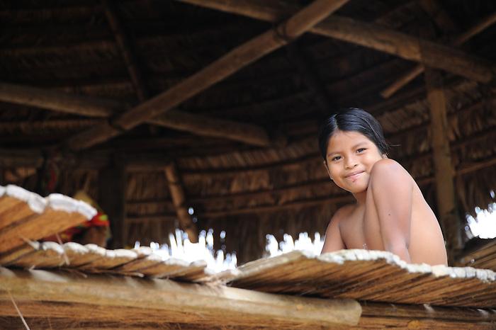 Indígenas emberá / comunidad indígena emberá, Panamá.<br /> <br /> Niña indígena en cabaña.
