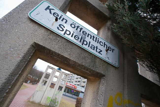 """Plattenbausiedlung """"Kosmos-Siedlung"""" im Berliner Bezirk Treptow-Koepenik am suedoestlichen Stadtrand von Berlin.<br /> Eigentuemer ist die Wohnungsgenossenschaft Altglienicke eG.<br /> 11.3.2011, Berlin<br /> Foto: Christian-Ditsch.de<br /> [Inhaltsveraendernde Manipulation des Fotos nur nach ausdruecklicher Genehmigung des Fotografen. Vereinbarungen ueber Abtretung von Persoenlichkeitsrechten/Model Release der abgebildeten Person/Personen liegen nicht vor. NO MODEL RELEASE! Don't publish without copyright Christian-Ditsch.de, Veroeffentlichung nur mit Fotografennennung, sowie gegen Honorar, MwSt. und Beleg. Konto:, I N G - D i B a, IBAN DE58500105175400192269, BIC INGDDEFFXXX, Kontakt: post@christian-ditsch.de]"""