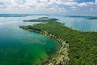 France, Aube (10), Champagne, Parc naturel régional de la Forêt d'Orient, lac d'Orient vu depuis la rive nord avec la péninsule la Petite Italie, rivages bordés de saules (Salix sp.) (vue aérienne)