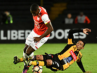 BOGOTA - COLOMBIA – 23 – 05 - 2017: Leyvin Balanta (Izq.) jugador de Independiente Santa Fe, disputa el balon con Diego Bejarano (Der.) jugador de The Strongest, durante partido entre Independiente Santa Fe de Colombia y The Strongest de Bolivia, de la fase de grupos, grupo 2, fecha 6 por la Copa Conmebol Libertadores Bridgestone 2017, en el estadio Nemesio Camacho El Campin, de la ciudad de Bogota. / Leyvin Balanta (L) player of Independiente Santa Fe, fights for the ball with Diego Bejarano (R) player of The Strongest during a match between Independiente Santa Fe of Colombia and The Strongest of Bolivia, of the group stage, group 2 of the date 6th, for the Conmebol Copa Libertadores Bridgestone 2017 at the Nemesio Camacho El Campin in Bogota city. VizzorImage / Luis Ramirez / Staff.