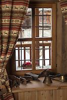 Italie, Val d'Aoste, Val d'Ayas,  Ayas: Maison d'Hôte: Frantze le rascard 1721,  Vieux chalet de 1721, détail fen^tre // Italy, Aosta Valley, Ayas: House Host: Frantze 1721 rascard Old cottage 1721