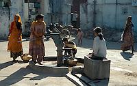 Indien, Udaipur (Rajasthan), am Brunnen