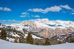 Italien, Suedtirol (Trentino - Alto Adige), Groednertal oberhalb von Wolkenstein an der Sellajoch Passstrasse: Blick nach Westen in die Dolomiten, im Hintergrund die Puez-Geisler-Gruppe im Naturpark Puez-Geisler | Italy, South Tyrol (Trentino -Alto Adige) above Selva di Val Gardena at Passo Sella: view westwards with Le Odle mountains at natural park Puez-Odle