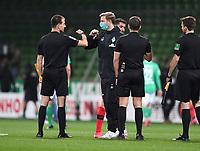 18th May 2020, WESERSTADION, Bremen, Germany; Bundesliga football, Werder Bremen versus Bayer Leverkusen;  Trainer Florian Kohfeldt (Bremen)  elbow bumps the referees assistant Jan Clemens Neitzel-Petersen.
