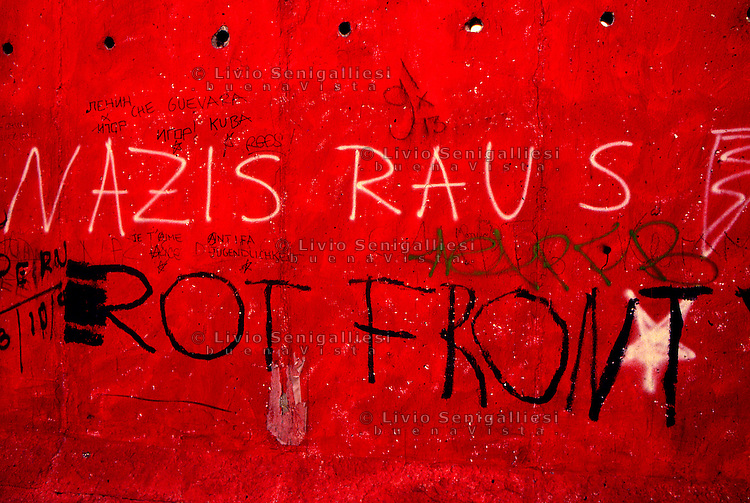 BERLINO / GERMANIA - 20 NOVEMBRE 1989.PARTICOLARE DI UN GRAFFITO SUL MURO NEL QUARTIERE OCCIDENTALE DI KREUZBERG..FOTO LIVIO SENIGALLIESI..BERLIN / GERMANY - 20 NOVEMBER 1989.GRAFFITI ON THE WALL IN THE WEST DISTRICT OF KREUZBERG..PHOTO BY LIVIO SENIGALLIESI