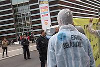 """Einige dutzend Klimaaktivisten aus Deutschland und Schweden versammelten sich am Dienstag den 24. Mai 2016 anlaesslich der Debatte im Schwedischen Parlament zum Verkauf der Vattenfall-Braukohlegebiete und Kraftwerke in der Lausitz an den Tschechischen Konzern EHP vor der Schwedischen Botschaft in Berlin.<br /> Die Klimaaktivisten von """"Ende Gelaende"""", BUND, Naturfreundejugend, Greepeace u.a. forderten von der Schwedischen Regierung, dass der Staatskonzern die Tagebaugebiete und Kohlekraftwerke nicht an den Tschechischen Konzern verkauft, sondern umweltvertraeglich und mit Ruecksicht auf die Arbeitnehmer beendet. Der Staat solle als Vattenfalleigner zu seiner umweltpolitischen und sozialen Verantwortung stehen.<br /> 24.5.2016, Berlin<br /> Copyright: Christian-Ditsch.de<br /> [Inhaltsveraendernde Manipulation des Fotos nur nach ausdruecklicher Genehmigung des Fotografen. Vereinbarungen ueber Abtretung von Persoenlichkeitsrechten/Model Release der abgebildeten Person/Personen liegen nicht vor. NO MODEL RELEASE! Nur fuer Redaktionelle Zwecke. Don't publish without copyright Christian-Ditsch.de, Veroeffentlichung nur mit Fotografennennung, sowie gegen Honorar, MwSt. und Beleg. Konto: I N G - D i B a, IBAN DE58500105175400192269, BIC INGDDEFFXXX, Kontakt: post@christian-ditsch.de<br /> Bei der Bearbeitung der Dateiinformationen darf die Urheberkennzeichnung in den EXIF- und  IPTC-Daten nicht entfernt werden, diese sind in digitalen Medien nach §95c UrhG rechtlich geschuetzt. Der Urhebervermerk wird gemaess §13 UrhG verlangt.]"""