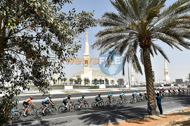 The peloton lined out during Stage 5 the Al Ain Water Stage of the UAE Tour 2020 running 162km from Al Ain to Jebel Hafeet, Dubai. 27th February 2020.<br /> Picture: LaPresse/Fabio Ferrari | Cyclefile<br /> <br /> All photos usage must carry mandatory copyright credit (© Cyclefile | LaPresse/Fabio Ferrari)