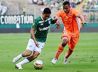 PALMIRA -COLOMBIA-05-11-2016. Fabian Sambueza (Izq) del Deportivo Cali disputa el balón con Brayan Rovira (Der) de Envigado FC durante partido por la fecha 19 de la Liga Águila II 2016 jugado en el estadio Palmaseca de Cali./ Deportivo Cali player Fabian Sambueza (L) fights for the ball with Brayan Rovira (R) player of Envigado FC during match for the date 14 of the Aguila League II 2016 played at Palmaseca stadium in Cali.  Photo: VizzorImage/ NR /Cont