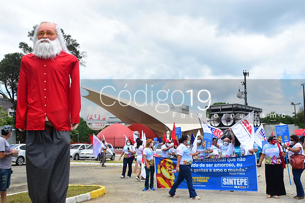 Recife (PE), 20/09/2021 - Paulo Freire-Recife - Ato de homenagem aos 100 anos de Paulo Freire com cortejo da concha acústica no Campos da UFPE até a estátua do Paulo Freire na Cidade Universitária no Recife.