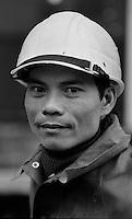 Senftenberg / DDR - dic.1989.Operaio vietnamita al lavoro nella miniera di lignite a cielo aperto..Durante gli anni del regime comunista, la DDR dava asilo a migliaia di operai provenienti da altri Paesi comunisti. Dopo la riunificazione della Germania molti di loro vennero forzatamente rimpatriati..Foto Livio Senigalliesi..Senftenberg / DDR - dec.1989.Vietnamese working in lignite oper-cast mine 'Kollektiv F60'..During the years of the communist regime, the GDR gave refuge to thousands of workers from other Communist countries. After the reunification of Germany, many of them were forcibly repatriated..Photo Livio Senigalliesi.