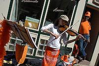 AMSTERDAM-HOLANDA- Una jovencita toca el violín en una calle durante el día de la Reina./ A young woman palying the violin int he street during the Queen's day.   Photo: VizzorImage/STR