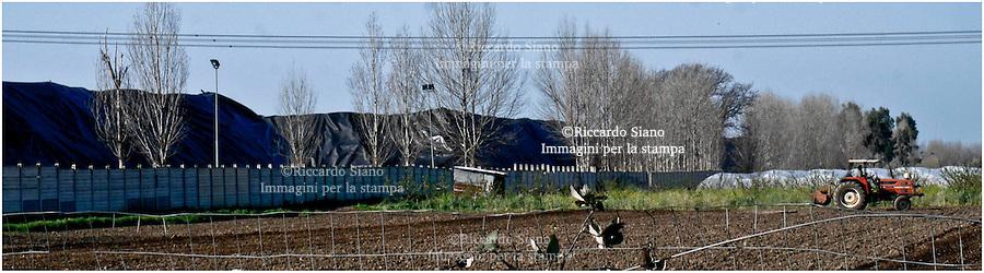 - NAPOLI 12 MAR  2014 - Giugliano in Campania, le ecoballe depositate a Taverna del Re. ©Riccardo Siano
