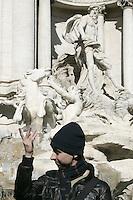 Un turista lancia monetine nella Fontana di Trevi a Roma.<br /> A tourist tosses a coin into the Trevi's Fountain, in Rome.<br /> UPDATE IMAGES PRESS/Riccardo De Luca