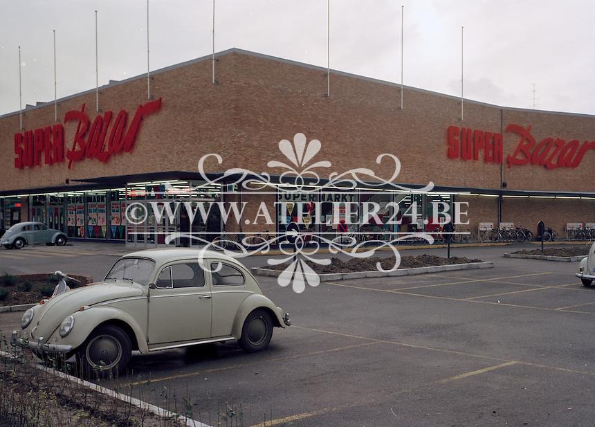 Super Bazar winkel met een Volkswagen Kever op de parking.