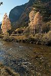 Germany, Upper Bavaria, Oberammergau: river Ammer, autumn scenery | Deutschland, Bayern, Oberbayern, Herbststimmung in Oberammergau im Ammertal, die Ammer passiert den Ort auf ihrem Weg in den Ammersee und weiter zur Isar
