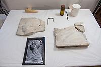 """Die Skulpturensammlung und das Museum fuer Byzantinische Kunst der Staatlichen Museen zu Berlin restaurieren derzeit 59 Kunstwerke, von denen viele im Zweiten Weltkrieg in den Flakbunker Friedrichshain ausgelagert wurden und dort schwere Schaeden durch zwei verheerende Braende erlitten haben. Unter den Skulpturen und Reliefs der Renaissance-Zeit finden sich u.a. Meisterwerke wie Donatellos """"Madonna mit vier Cherubim"""" (um 1440) und Tullio Lombardos Schildtraeger (Ende 15. Jh.).<br /> Dank der grosszuegigen Foerderung der Ernst von Siemens Kunststiftung konnte 2017 ein umfassendes Restaurierungs- und Forschungsprojekt fuer die Bestaende des Bode-Museums gestartet werden, die von den Spuren der Braende und ihrer dramatischen Geschichte in und nach dem Krieg gezeichnet sind. Im Rahmen der Initiative KUNST AUF LAGER werden adaequate Restaurierungs- und Ergaenzungsmassnahmen erarbeitet und durchgefuehrt – mit dem Ziel, viele dieser Hauptwerke nach mehr als 70 Jahren wieder der Oeffentlichkeit praesentieren zu koennen.<br /> Im Bild: Das zerbrochene Relief eines weiblichen Profilbildnis aus Marmor. Entstanden in Venedig um 1500.<br /> 10.4.2018, Berlin<br /> Copyright: Christian-Ditsch.de<br /> [Inhaltsveraendernde Manipulation des Fotos nur nach ausdruecklicher Genehmigung des Fotografen. Vereinbarungen ueber Abtretung von Persoenlichkeitsrechten/Model Release der abgebildeten Person/Personen liegen nicht vor. NO MODEL RELEASE! Nur fuer Redaktionelle Zwecke. Don't publish without copyright Christian-Ditsch.de, Veroeffentlichung nur mit Fotografennennung, sowie gegen Honorar, MwSt. und Beleg. Konto: I N G - D i B a, IBAN DE58500105175400192269, BIC INGDDEFFXXX, Kontakt: post@christian-ditsch.de<br /> Bei der Bearbeitung der Dateiinformationen darf die Urheberkennzeichnung in den EXIF- und  IPTC-Daten nicht entfernt werden, diese sind in digitalen Medien nach §95c UrhG rechtlich geschuetzt. Der Urhebervermerk wird gemaess §13 UrhG verlangt.]"""
