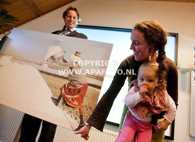 Arnhem, 120209<br /> Bert Koenders prijst de winnares van de fotowedstrijd ter ere van de heropening van Agriterra. De fotograaf, Debby Gosselink won de eerste prijs met 'A Salty Place, een foto van de zoutwinning in India.<br /> Foto: Sjef Prins- APA Foto