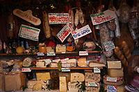 Europe/Autriche/Niederösterreich/Vienne: Marché Naschmarkt- chez Urbanek spécialiste du jambon à l'os, lard du tyrol et fromages