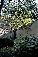 milano, periferia nord. giardino privato al quartiere bovisa --- milan, north periphery. private garden at bovisa district