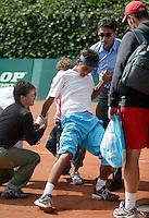 13-8-06,Den Haag, Tennis Nationale Jeugdkampioenschappen, Door kramp gevelde Xander Spong word overeind geholpen door de fysio en zijn vader