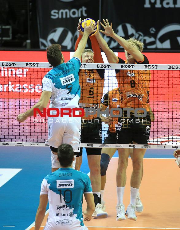 17.10.2020, Max Schmeling Halle, Berlin, GER, 1.VBL, BR VOLLEYS VS. SWD powervolleys Dueren, <br /> im Bild Sergey Grankin (BR Volleys #6), Anton Brehme (BR Volleys #8),<br /> Marcin Ernastowicz (Dueren #9)<br /> <br />    <br /> Foto © nordphoto /  Engler