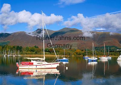 Great Britain, England, Cumbria (Lake District), near Keswick: Yachts on Lake Derwentwater in autumn   Grossbritannien, England, Cumbria (Lake District), bei Keswick: Seegelboote auf dem See Derwentwater