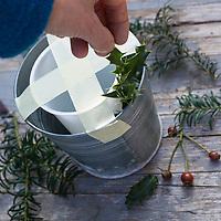 Eislicht, Eislichter, Eis-Licht, Eis-Lichter, Windlicht aus Eis, Kerze brennt innerhalb einer Eisschale, die mit eingefrorenen, im Eis eingeschlossenen Naturmaterialien dekoriert ist, Deko, Eis und Schnee, Bastelei, Bastelanleitung, Steps, Schritt 3: der Zwischenraum zwischen den beiden Gefäßen wird mit Naturmaterial dekoriert