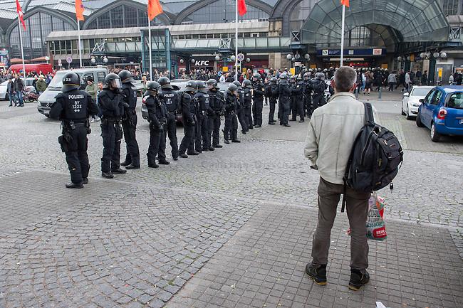 """Proteste gegen Naziaufmarsch """"Tag der Patrioten"""".<br /> Mehere zehntausend Menschen protestirten am Samstag den 12. September 2015 in Hamburg gegen einen von Nazis und Hooligans geplanten Aufmarsch unter dem Motto """"Tag der Patrioten"""". Der Aufmarsch war im Vorfeld gerichtlich untersagt worden, da davon auszugehen sei, dass von ihm Gewalttaten gegen Personen ausgehen wuerden. Die Nazis wichen am Samstag daraufhin nach Bremen aus, wo der Aufmarsch jedoch auch untersagt wurde.<br /> Trotz Verbot versammelten sich an verschiedenen Orten in Hamburg mehrere zehntausend Menschen und protestierten gegen Rassismus und fuer ein Bleiberecht fuer gefluechtete Menschen.<br /> Vor dem Hauptbahnhof kam es zu kleineren Auseinandersetzungen mit der Polizei, die mit 8 Wasserwerfern, Polizeihubschrauber und Beamten aus Bayern, Schleswig-Holstein, Baden-Wuertemberg und Hamburg im Einsatz war.<br /> Als eine Gruppe von ca. 10 bis 15 Nazis und Hooligans im Hauptbahnhof Menschen angriffen, drohte die Lage kurzzeitig zu eskalieren. Die Angreifer mussten aber vor Gegendemonstranten in einen Zug fluechten, wo sie von der Polizei festgesetzt wurden. Der Verkehr durch den Hauptbahnhof war ueber lange Zeit eingestellt, da die Polizei weitere Nazis und Hooligans in ankommenden Zuegen befuerchtete und Auseinandersetzungen verhindern wollte.<br /> Im Bild: Bundespolizei vor dem Hauptbahnhof.<br /> 12.9.2015, Hamburg<br /> Copyright: Christian-Ditsch.de<br /> [Inhaltsveraendernde Manipulation des Fotos nur nach ausdruecklicher Genehmigung des Fotografen. Vereinbarungen ueber Abtretung von Persoenlichkeitsrechten/Model Release der abgebildeten Person/Personen liegen nicht vor. NO MODEL RELEASE! Nur fuer Redaktionelle Zwecke. Don't publish without copyright Christian-Ditsch.de, Veroeffentlichung nur mit Fotografennennung, sowie gegen Honorar, MwSt. und Beleg. Konto: I N G - D i B a, IBAN DE58500105175400192269, BIC INGDDEFFXXX, Kontakt: post@christian-ditsch.de<br /> Bei der Bearbeitung der Dateiinfor"""