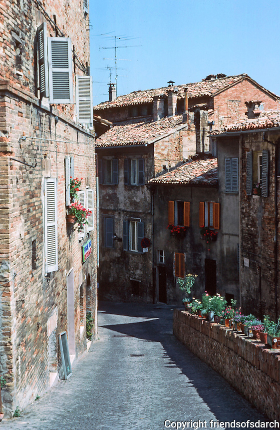 Urbino:  A narrow street in Urbino.  Photo '83.