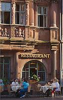 Europe/Allemagne/Bade-Würrtemberg/Heidelberg: la rue principale Hauptstrasse, Maison du Chevalier ou Maison Ritter - Haus zum Ritter construite en 1592 pour le marchand Huguenot Charles Bélier -Service en terrasse au Restaurant Zum Ritter