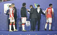 BOGOTA - COLOMBIA, 20-10-2021: Jugadores de Independiente Santa Fe reciben la medalla de campeones de la Super Liga BetPlay DIMAYOR 2021 en el estadio Nemesio Camacho El Campin de la ciudad de Bogota. / Independiente Santa Fe players receive the champions medal of the BetPlay DIMAYOR Super League 2021 played at the Nemesio Camacho El Campin Stadium in Bogota city. / Photo: VizzorImage / Luis Ramirez / Staff.