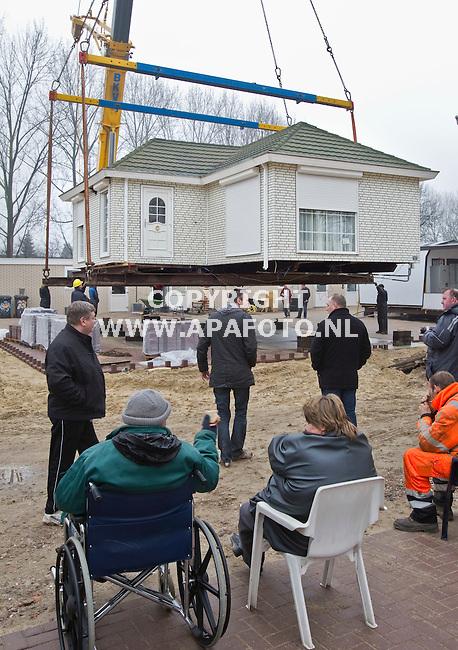 Arnhem, 240211<br /> Bewoners van woonwagenkamp aan de Merwedestraat kijken toe hoe een wagen van 28 ton zwaar nieuwe bestemming krijgt. Een groot deel van het kamp is vernieuwd.<br /> Foto: Sjef Prins - APA Foto