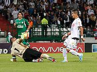 MANIZALES -COLOMBIA, 19-06-2013. César Augusto Arias (D) de Once Caldas disputa el balón con Farid Mondragón (I) arquero del Deportivo Cali durante partido de la fecha 2 en los cuadrangulares finales de la Liga Postobón 2013-1 jugado en el estadio Palogrande de la ciudad de Manizales / Once Caldas' Player Cesar Augusto Arias (R) fights for the ball with Deportivo Cali  goalkeeper Farid Mondragon (L) during match of the final quadrangular 2th date of Postobon  League 2013-1 at Palogrande  stadium in Manizales city. Photo: VizzorImage/JJ Bonilla/STR