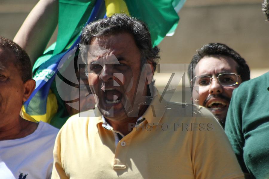 BELO HORIZONTE, MG, 16.08.2015 - PROTESTO-DILMA - O senador Aécio Neves (PSDB) durante ato contra o governo Dilma Rousseff (Partido dos Trabalhadores) na Praça da Liberdade, em Belo Horizonte, Minas Gerais, neste domingo, 16. (Foto: Doug Patricio / Brazil Photo Press)