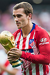 Antoine Griezmann of Atletico de Madrid, who won the World Cup with France team, carries the World Cup Trophy prior to the La Liga 2018-19 match between Atletico de Madrid and Rayo Vallecano at Wanda Metropolitano on August 25 2018 in Madrid, Spain. Photo by Diego Souto / Power Sport Images