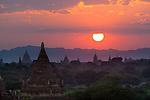 Myanmar (Burma), Mandalay-Division, Bagan: Sunset over the Bagan temples, built between the 11th and 13th centuries | Myanmar (Birma), Mandalay-Division, Bagan: Sonnenuntergang ueber den Bagan Tempeln, die zwischen dem 11. und 13. Jahrhundert erbaut wurden