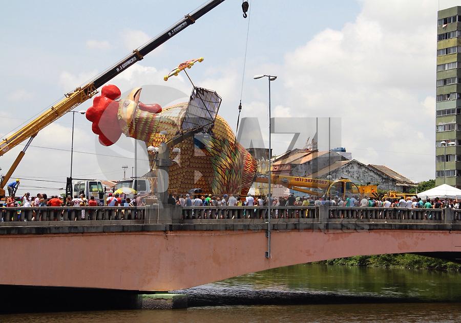 RECIFE-PE-09,02,2018- CARNAVAL-PE-  Fortes chuvas atrasou a montagem da alegoria do galo gigante na ponte Duarte Coelho no centro do Recife, para o desfile do galo da madrugada. Nesta sexta-feira, 09. (Foto: Jean Nunes/Brazil Photo Press)