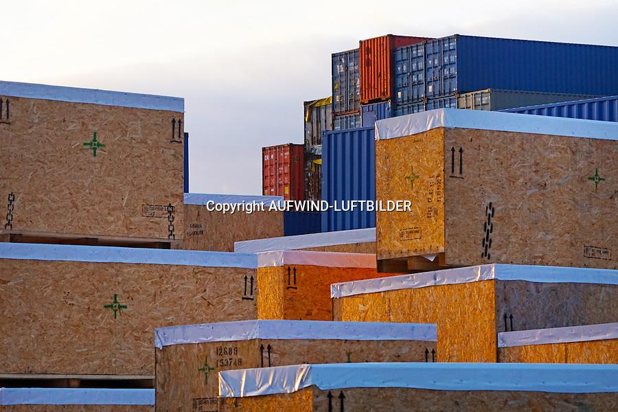 Exportverpackung: EUROPA, DEUTSCHLAND, HAMBURG 19.12.2016 Exportverpackung aus Holz, Kisten zur sicheren  Verpackung und Transport von Einzelteilen, dahinter Containerstapel