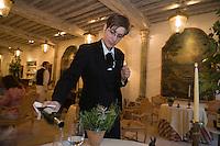 Europe/France/Aquitaine/40/Landes/Eugénie-les-Bains: Sommelière et service du vin au  restaurant de Michel Guérard Les Prés d'Eugénie  . [Non destiné à un usage publicitaire - Not intended for an advertising use]