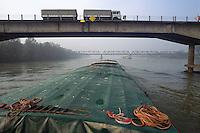- commercial navigation on the river Po<br /> <br /> - navigazione commerciale sul fiume Po