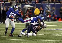 Reggie Tobor (Giants) stoppt Tom Brady (Patriots)<br /> New York Giants vs. New England Patriots<br /> *** Local Caption *** Foto ist honorarpflichtig! zzgl. gesetzl. MwSt. Auf Anfrage in hoeherer Qualitaet/Aufloesung. Belegexemplar an: Marc Schueler, Am Ziegelfalltor 4, 64625 Bensheim, Tel. +49 (0) 6251 86 96 134, www.gameday-mediaservices.de. Email: marc.schueler@gameday-mediaservices.de, Bankverbindung: Volksbank Bergstrasse, Kto.: 151297, BLZ: 50960101