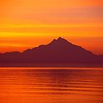 Griechenland, Zentralmakedonien, Chalkidiki, Athos: Der Heilige Berg Athos bei Sonnenaufgang | Greece, Central Macedonia, Chalkidiki, Athos: Holy Mount Athos at Sunrise