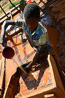 TANZANIA Geita, artisanal gold mining in Nyarugusu, children wash ore dust for gold / TANSANIA Geita, kleine Goldminen in Nyarugusu, Kinder waschen Erzstaub nach Gold